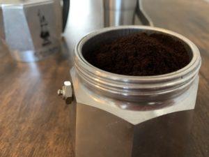 エスプレッソ挽きに挽いたコーヒー粉