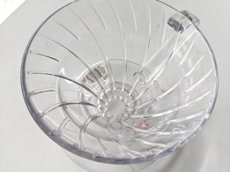 ハリオV60の作りで特徴的なのが「円すい形」と内側にある「らせん状のリブ」。