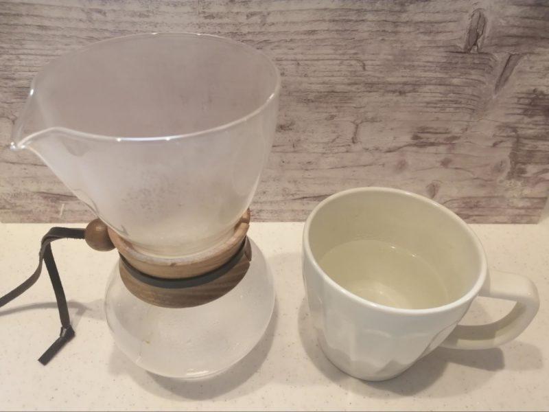 熱湯の入ったサーバーとカップ