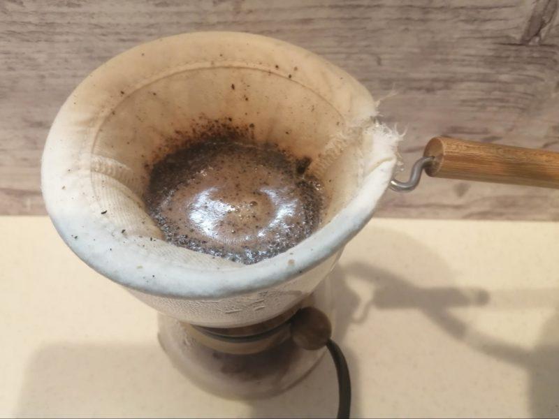 お湯に浸かったコーヒー粉