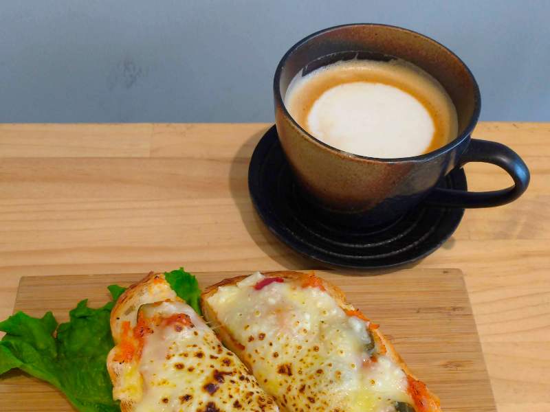 カフェラテとチーズトースト