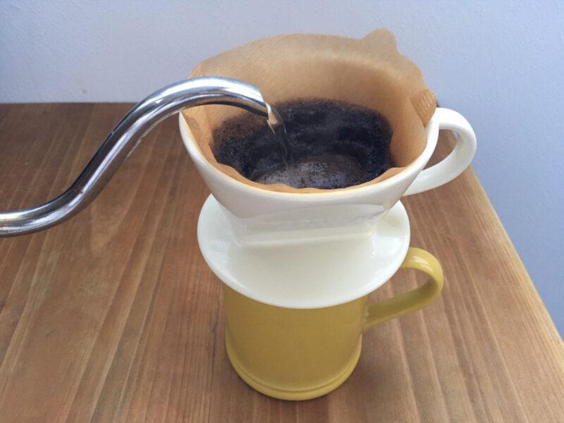 コーヒー粉にお湯を注ぐ様子