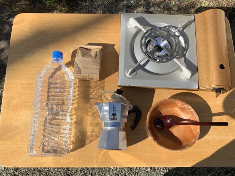 マキネッタとガスコンロ、水、コーヒー粉、器