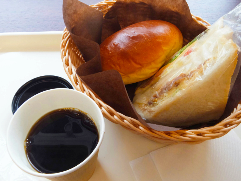 コーヒーとバターロール、サンドウィッチ