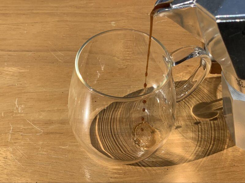 ガラスカップに注がれるエスプレッソ