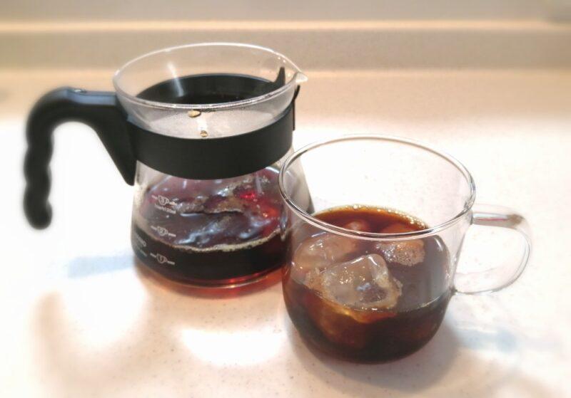 コーヒーの入ったサーバーとカップ