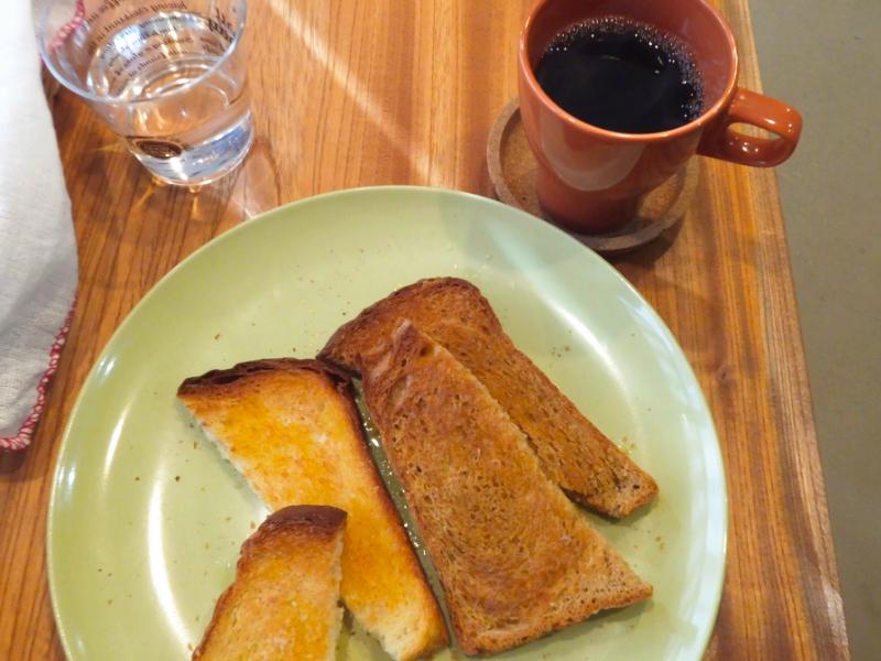 浅煎りコーヒーとトースト