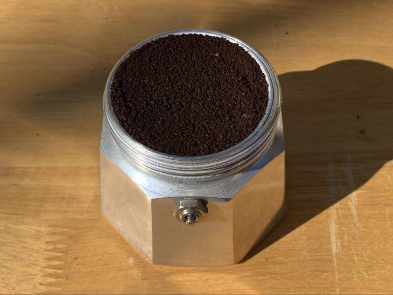バスケットに詰められたコーヒー粉