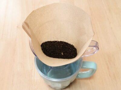 コーヒー粉の入ったペーパーフィルター